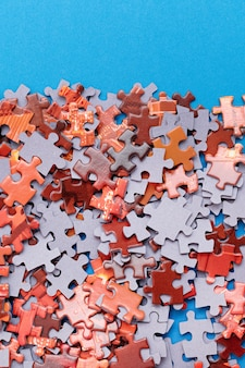 Красочная головоломка на синем фоне Premium Фотографии