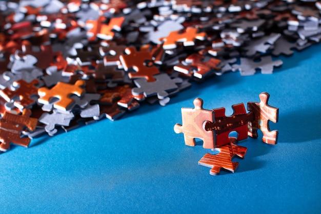 파란색 배경에 화려한 직소 퍼즐