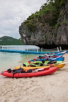 Kayak colorati sulla spiaggia