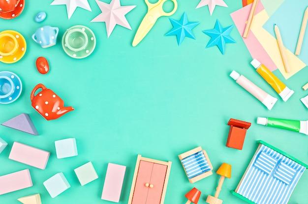 カラフルな子供たちは明るい壁の上の無駄なおもちゃをゼロにします。子供のジェンダーニュートラルな発達と教育ゲーム、家庭での家族の活動。フラットレイ、上面図、コピースペース