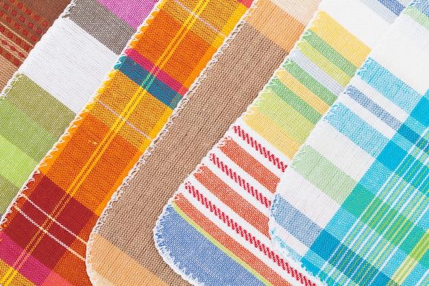 Красочные кухонные полотенца крупным планом текстуры