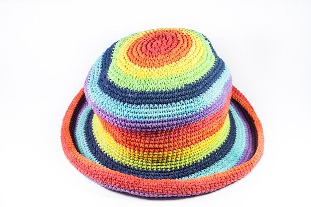 白い背景の上のカラフルな編みウールの帽子