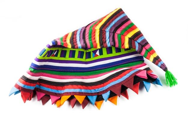 Красочные вязаные шерстяные шапки на белом