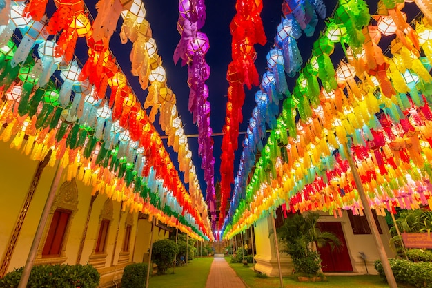カラフルなランプフェスティバルとタイのランプーン県、ワットプラタートハリプンチャイのロイクラトンのランタン
