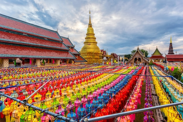 タイ、ランプーン県、ワットプラタートハリフンチャイのロイクラトンでのカラフルなランプフェスティバルとランタン