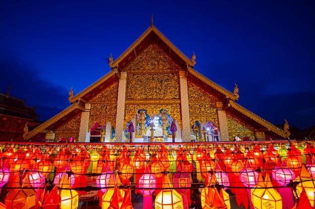 Разноцветные лампы на фестивале возле тайского храма