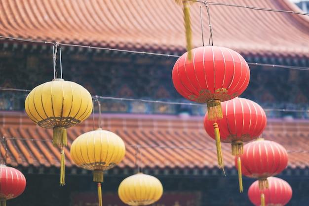 Разноцветные лампы висят вокруг китайского храма