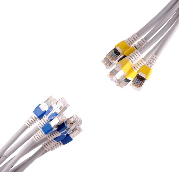 Красочный телекоммуникационный кабель lan rj45, изолированные на белом