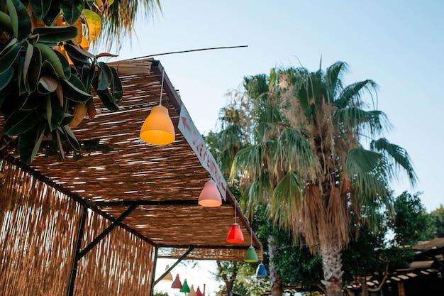 다채로운 등불은 관광 및 관광 명소의 터키 개념에서 카페의 대나무 지붕을 장식