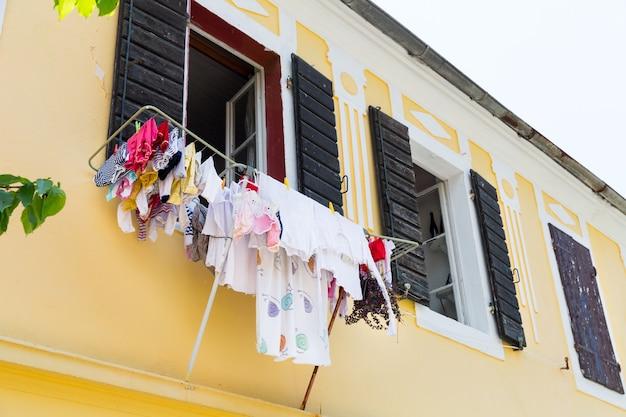 モンテネグロの狭い通りでのカラフルな洗濯物の乾燥
