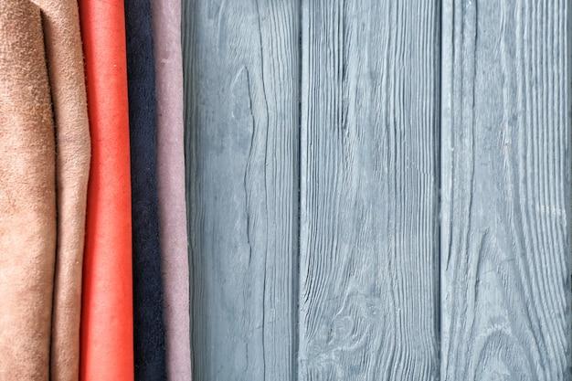 木製の背景にカラフルな革