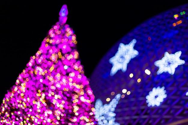 カラフルな光クリスマスツリーと新年あけましておめでとうございますの背景の抽象的なボケ味。