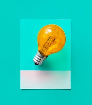 紙の上にカラフルな電球