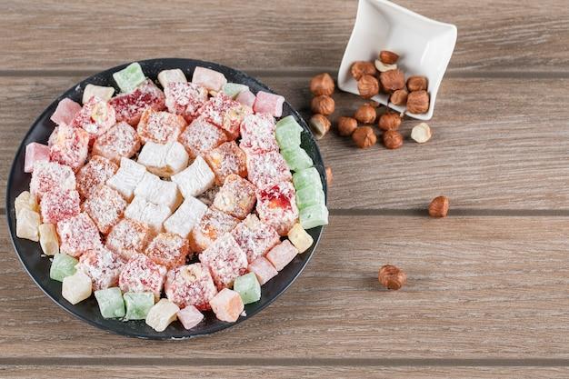 Разноцветные лукумские конфеты и орехи