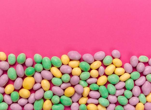 분홍색 배경에 화려한 막대 사탕