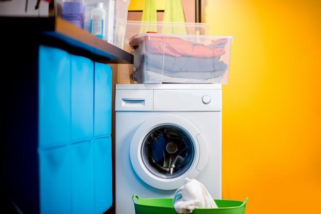Красочная прачечная со стиральной машиной дома