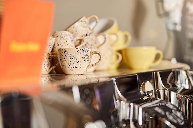 モダンなコーヒーハウスのカラフルな素敵なカップ