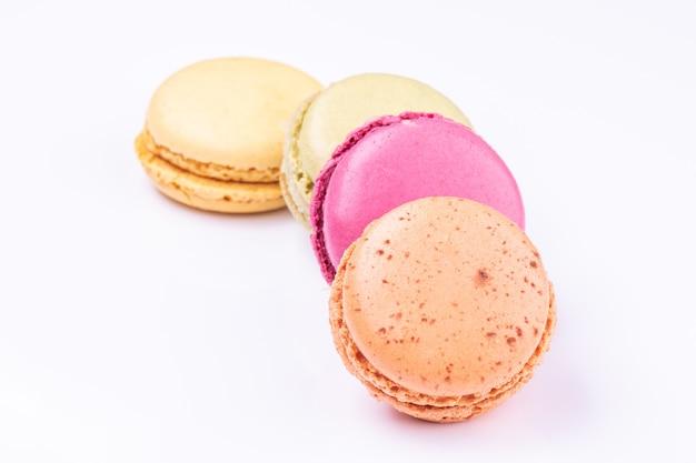 Красочные macarons, изолированные на белом фоне