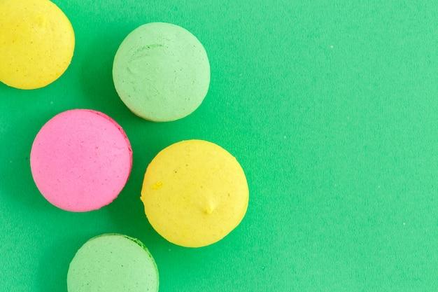 Красочные миндальное печенье или миндальное печенье на зеленом фоне