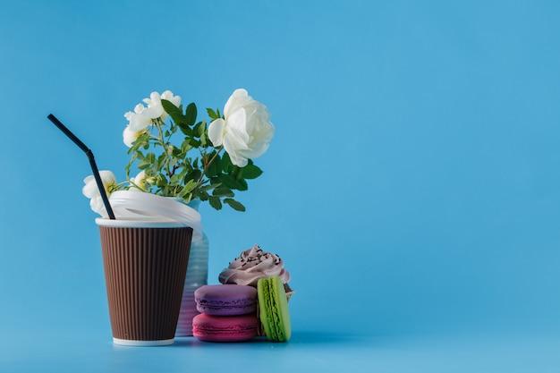 Красочные миндальное печенье и чашка кофе