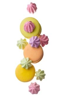 Красочные миндальное печенье, изолированные на белом фоне крупным планом