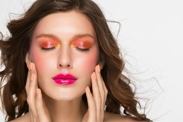 화려한 메이크업 여자 얼굴 아름다운 갈색 머리의 여름 메이크업 아름다움 패션 소녀 모델 핑크 입술