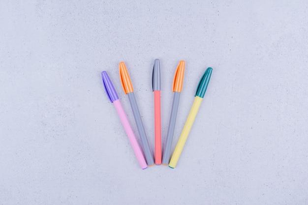 회색 표면에 고립 된 다채로운 만다라 색칠 펜