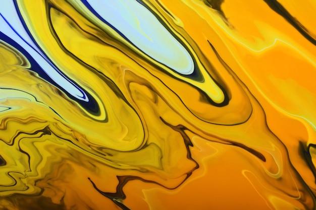Красочный мраморный фон. смешанные лаки для ногтей желтый, оранжевый, синий и другие. красивые пятна жидкого лака для ногтей, техника жидкого искусства.