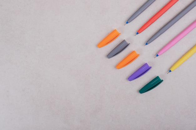 白い背景の上のカラフルなマーカーペン