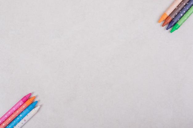 Pennarelli colorati su sfondo bianco