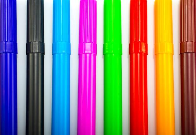 Красочные маркеры в ряд, изолированные на белом фоне