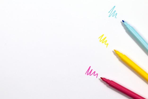 Красочные маркеры, изолированные на белом фоне