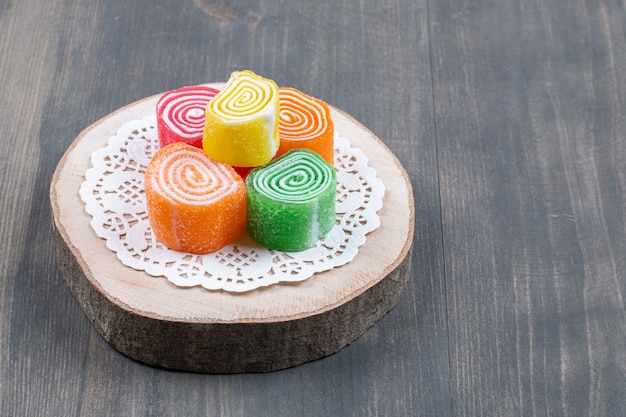 Caramelle colorate alla marmellata su pezzo di legno