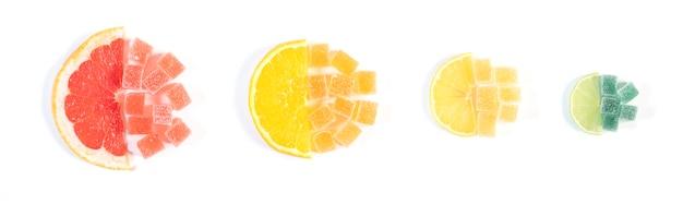 白で分離されたさまざまな柑橘系の果物で作られたカラフルなマーマレードゼリーキャンディー。