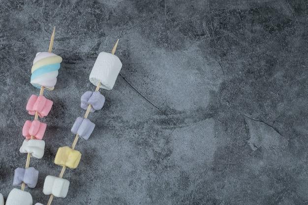 Разноцветный зефир на деревянных палочках для гриля.