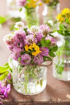 Красочные лечебные цветы и травы в баночках