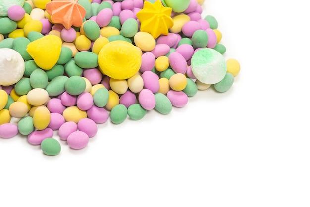 Красочные безе и арахис глазированные, изолированные на белом фоне. вид сверху.