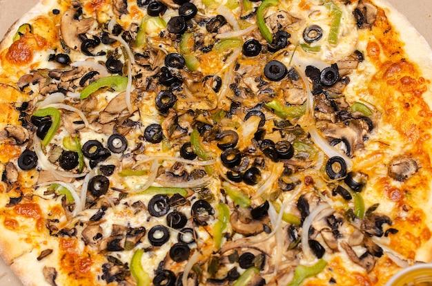 ヤギのチーズハラペーニョペッパーとカラフルなメキシコのピザ