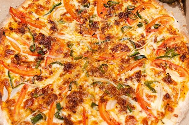 Красочная мексиканская пицца с перцем халапеньо из козьего сыра