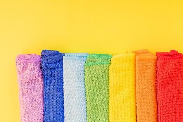 Красочные полотенца из микрофибры, чистка ткани из микрофибры изолированы. концепция бытовых услуг по уборке. копирование пространства