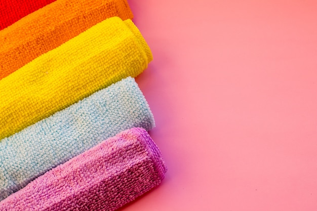 Красочные полотенца из микрофибры. чистящие микрофибры, сложенные чистящие салфетки из красочной стопки. концепция бытовых услуг по уборке. копирование пространства