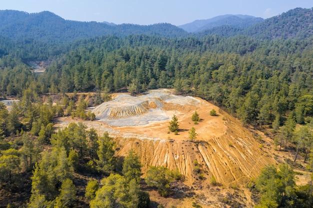 키프로스 troodos 산에서 황철광 광석 추출에서 나오는 다채로운 광산 찌꺼기. 공중 파노라마