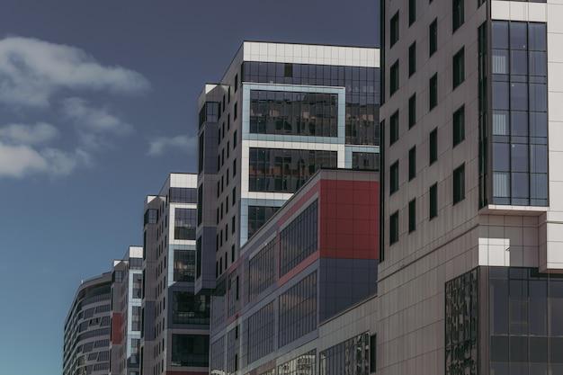 Красочное современное офисное стеклянное здание.