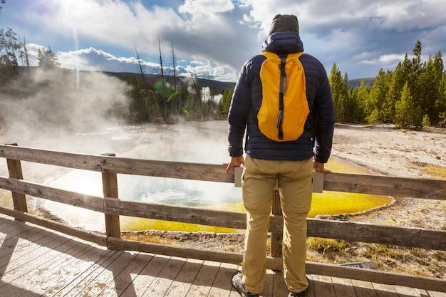 Красочный бассейн morning glory pool - знаменитый горячий источник в национальном парке йеллоустоун, вайоминг, сша