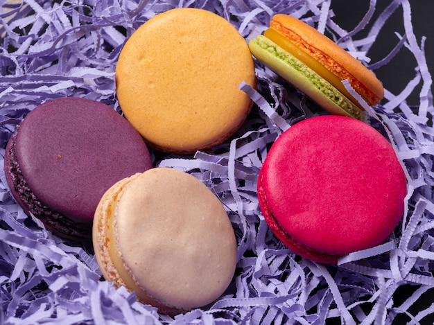 カラフルな色とりどりのマカロンクッキー