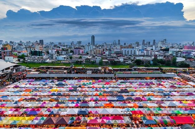 タイのカラフルなナイトマーケット