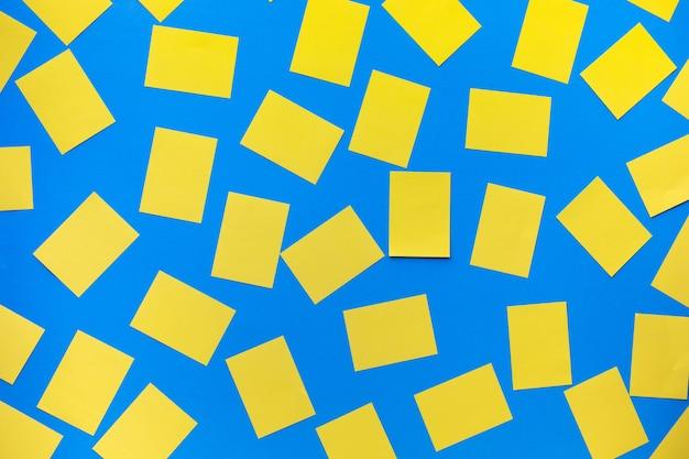 青い背景にカラフルなメモ用紙