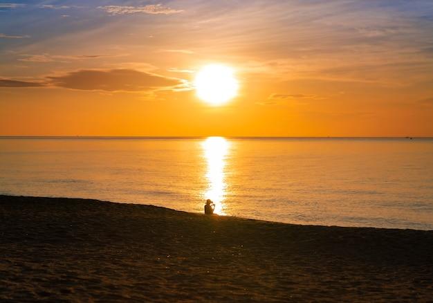 Красочный восход солнца пляжа океана с глубоким синим отражением неба и солнца. оранжевый и золотой закат небо спокойствие спокойствие расслабляющий солнечный свет летнее настроение. отпуск путешествия пейзаж.