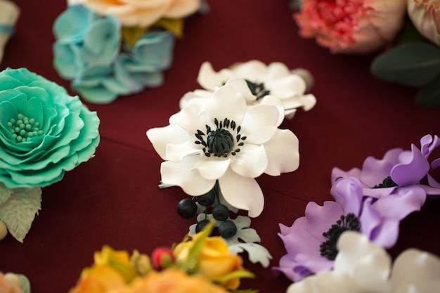 カラフルな造花装飾