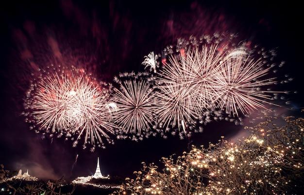 ペッチャブリーのカオワンにある王宮で毎年開催されるカラフルな花火。プラナコーンキリまたはカオワンプラ歴史公園でのフェスティバルの照明。カラフルな花火タイ